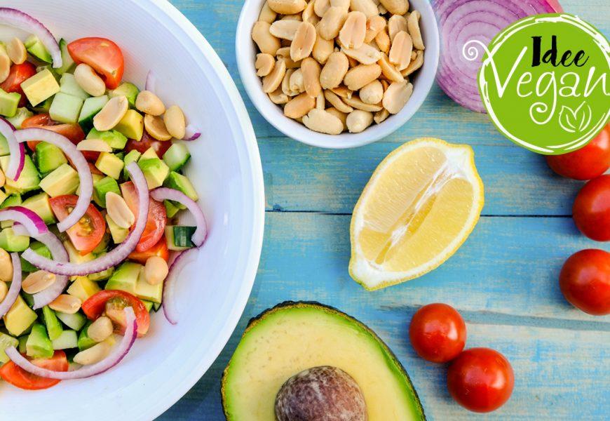 Idee vegan: insalata arachidi, pomodorini, avocado